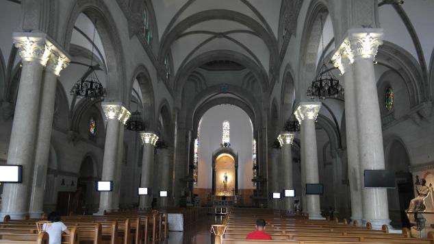 por dentro da igreja