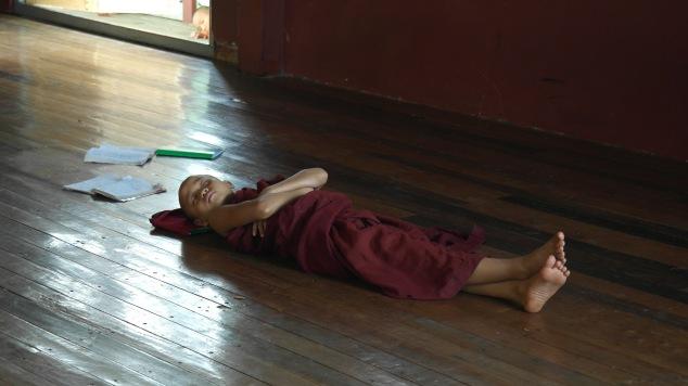 Lá no monasterio um dos monges tirando um cochilo :)